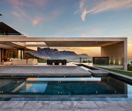 Rumah Mewah Dengan Background Perbukitan