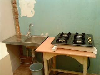 рабочая зона на кухне во время  самостоятельного ремонта