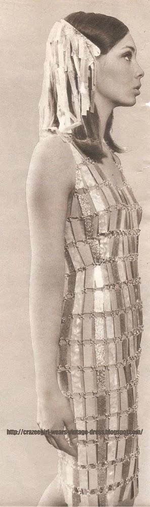 Robe fourreau en plaquettes de rhodoïd argent et nacre . PACO RABANNE 1966 60s 1960 dress