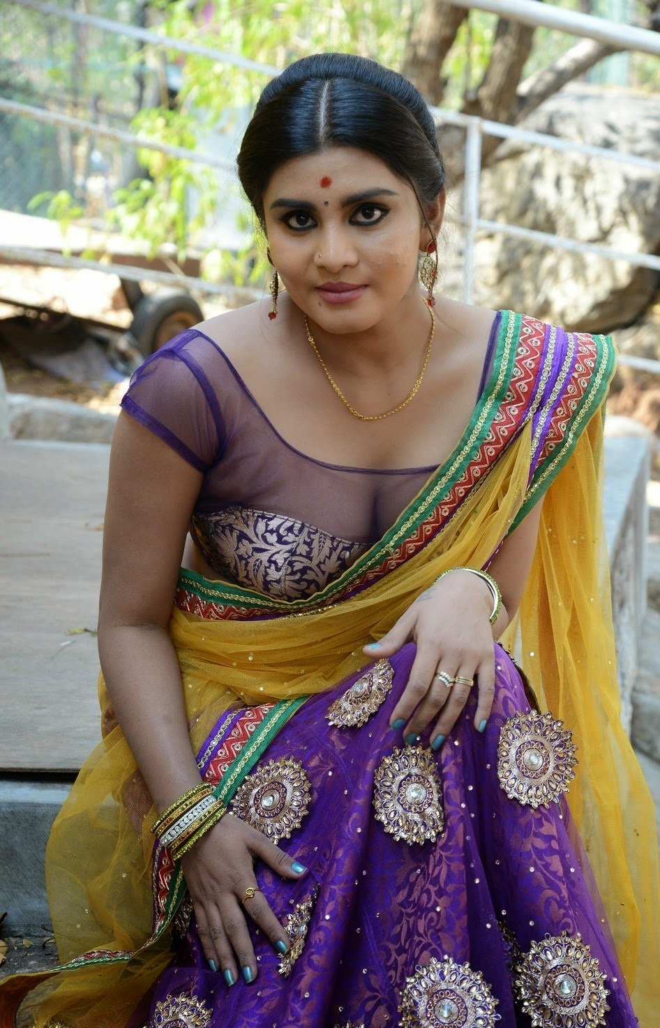 mallu actress Harini aunty deep navel cleavage show - hot ...