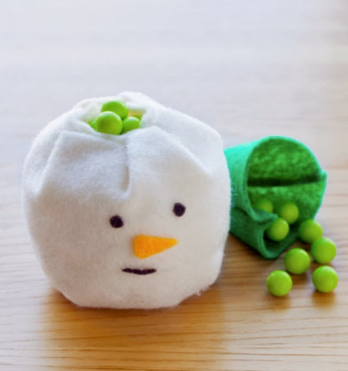 Frosty the Snowman just got a little sweeter with these DIY Christmas candy favors. | Sweet Tooth (images: Todd Hafermann)