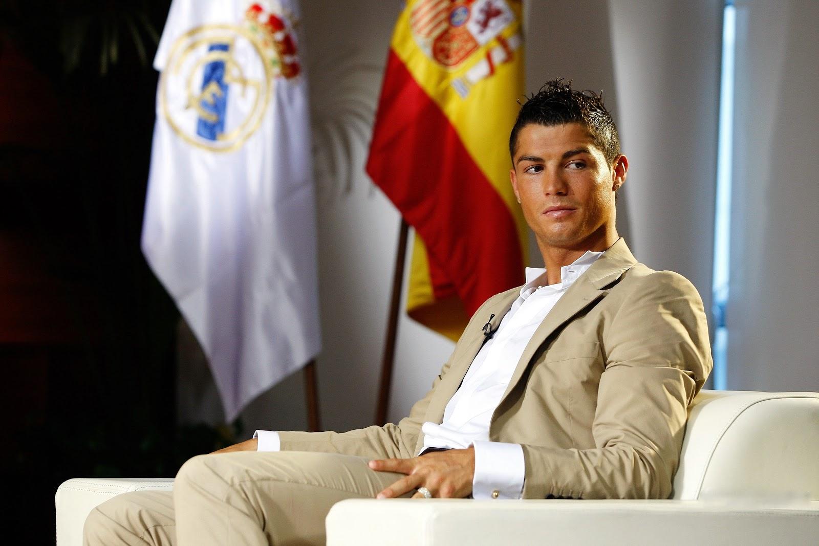 http://1.bp.blogspot.com/-ommbHtPVFZE/TwQUJ4LXB9I/AAAAAAAAIXo/cSvug68POdg/s1600/Cristiano+Ronaldo++10.jpg