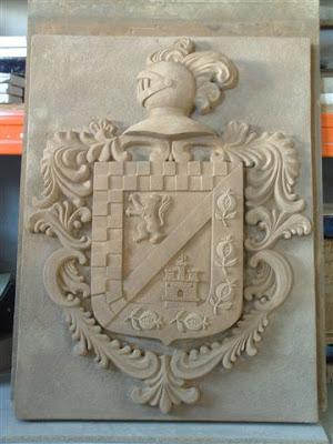 Escudo de armas realizado con simil piedra