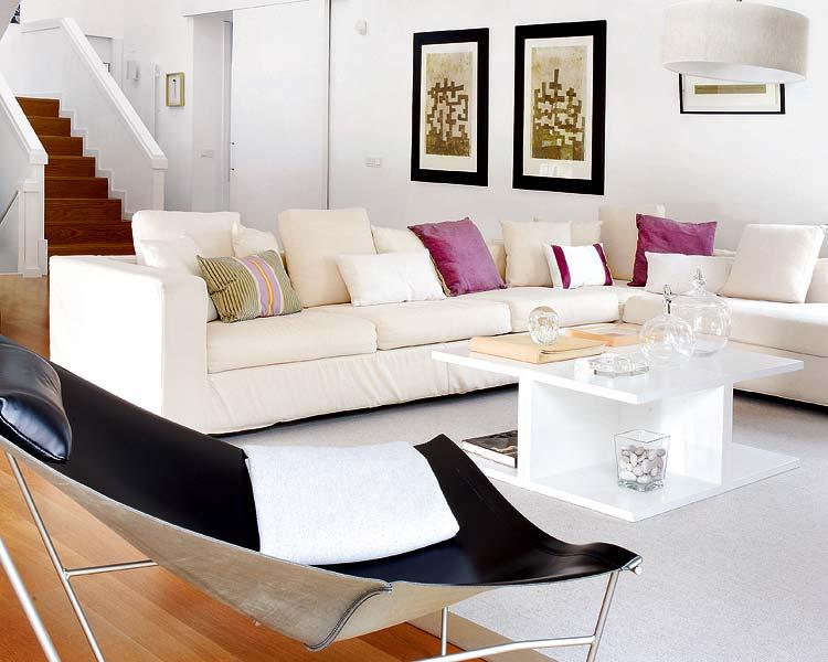 Blog de decorar sala de tv decorada com sof nico e chaise for Sofas grandes de piel