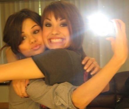 Demi Lovato And Selena Gomez Kissing Selena Gomez And Demi ...