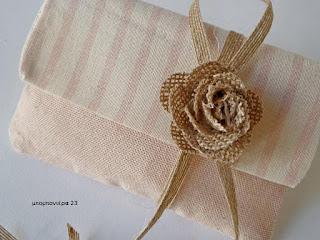 μπομπονιερα γαμου φακελος με λουλουδι λινατσα ρομαντικη