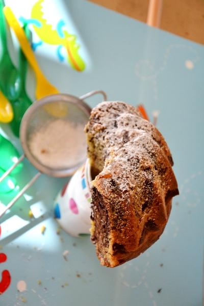 ciambella soffice soffice con pezzetti di zenzero candito e cacao in polvere