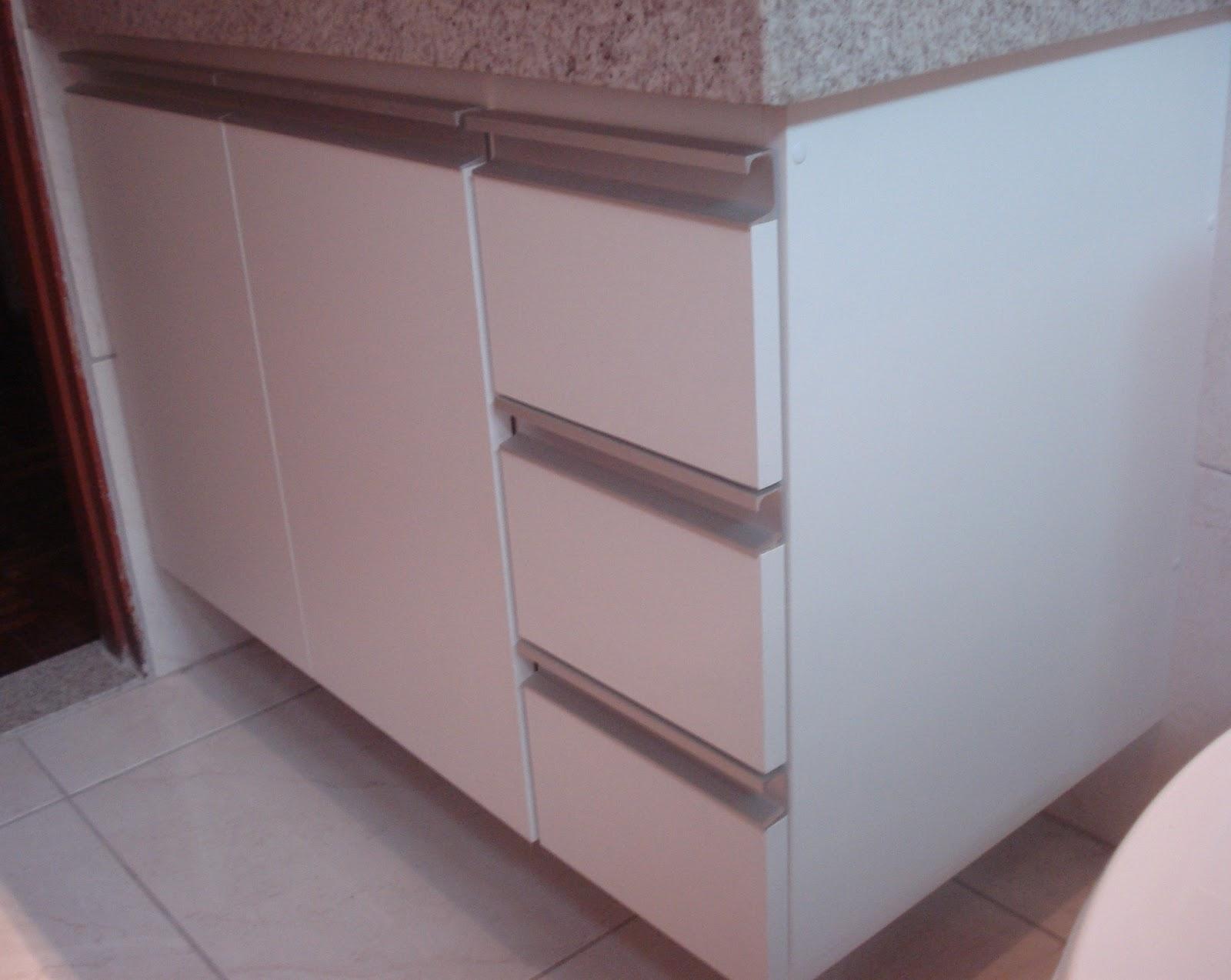 Armário de Banheiro Branco com Puxadores em Perfil de Alumínio #362021 1600x1274 Armario Banheiro Aluminio
