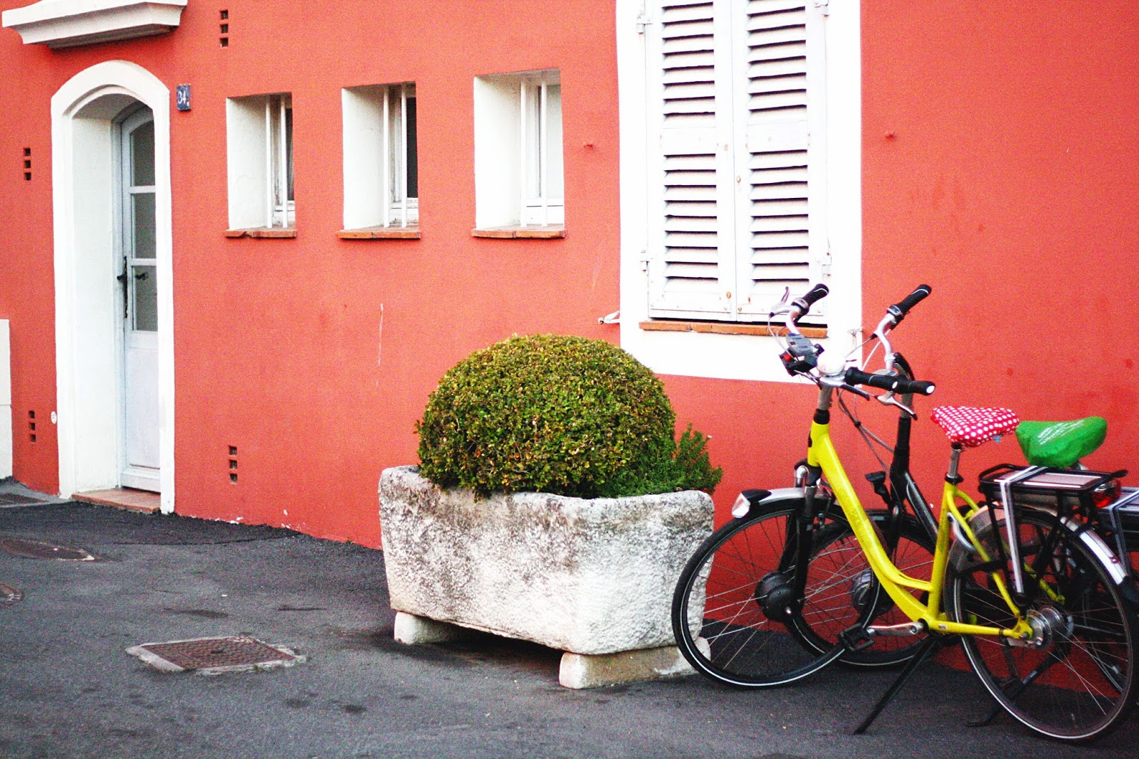 maison colorée vélo photo typique