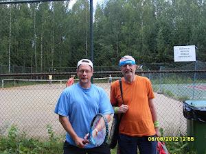Tennisvalmennusta erilaisille yhteisöille ja kaveripiireille