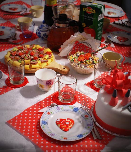 tradycyjne jadło,impreza,ostatki,kiełbasa, kuchnia wielkopolska,królewska,deska serów,teekanne,ser żółty,zielona herbata,sałatka imprezowa,pomidorki koktajlowe,