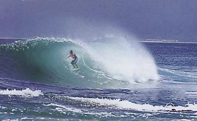 Peselancar di Pantai Tanjung Setia Lampung
