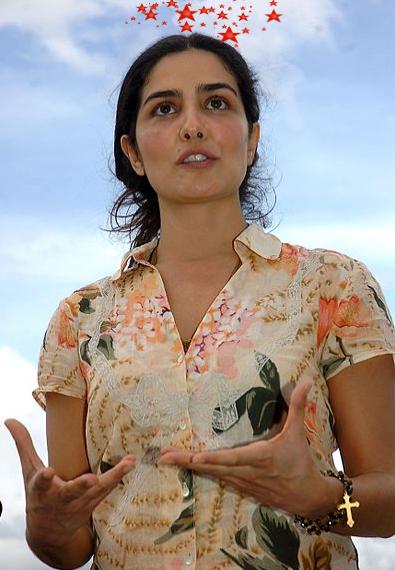 Atriz Letícia Sabatella em bela pose de esquerdista sensata e boa pessoa