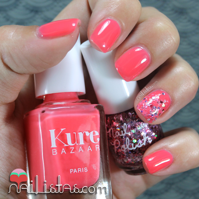 Uñas decoradas color coral con purpurina | Kure Bazaar