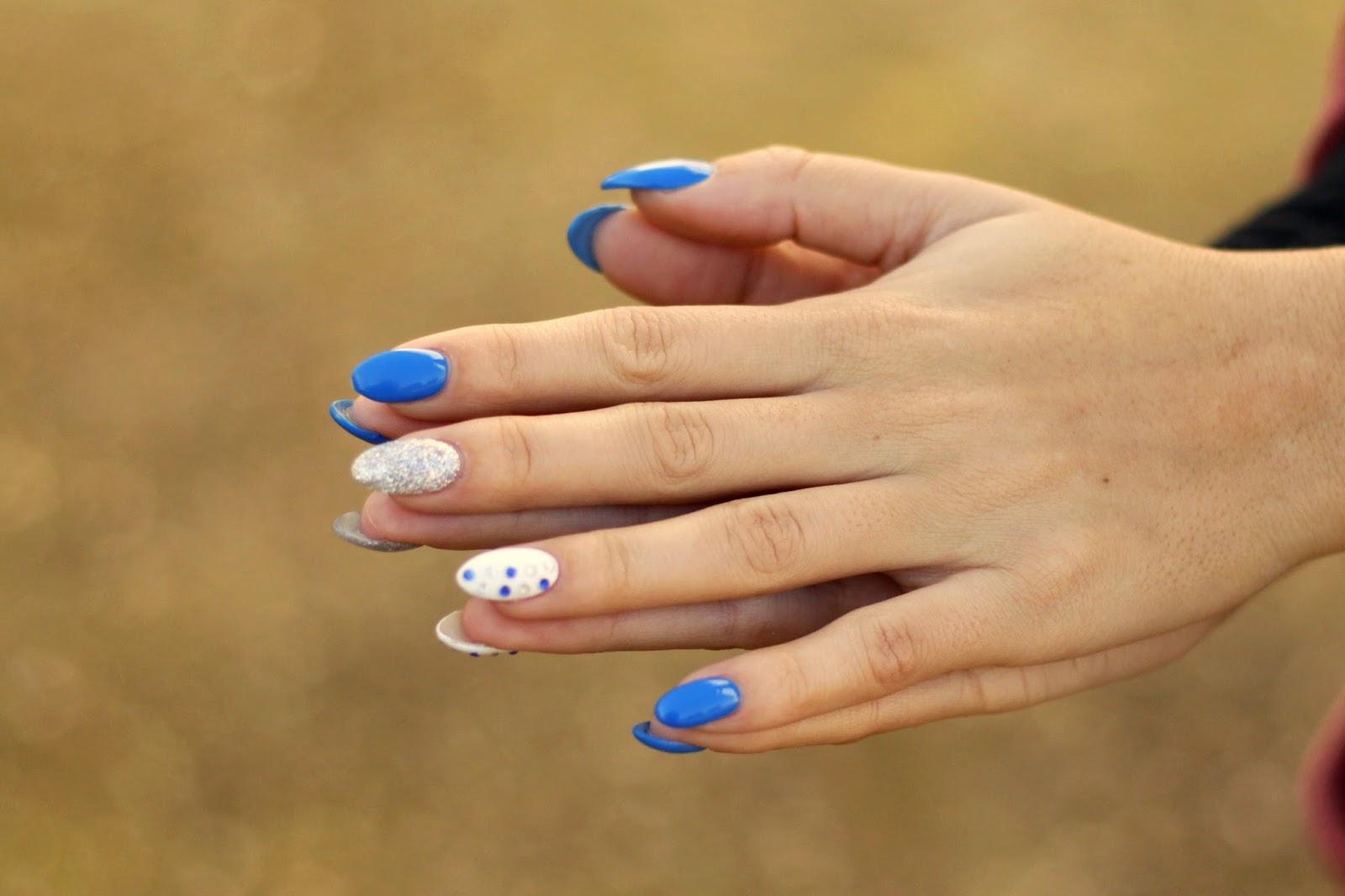 Unhas de gel azuis brancas e prata inverno