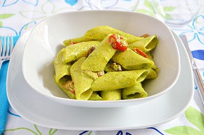 Pasta con pesto di rucola, pomodorini e olive