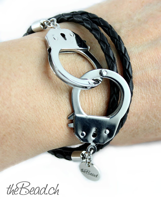geflochtenes Lederarmband mit grossen edelstahl Handschellen