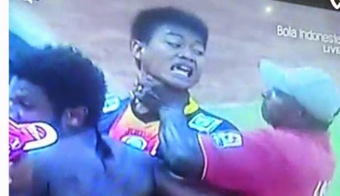 "[FOTO] KRONOLOGIS KIPER AREMA CONUS KURNIA MEIGA DI CEKIK Pencekik Kurnia Meiga ""Ditendang"" dari Sepakbola Indonesia"