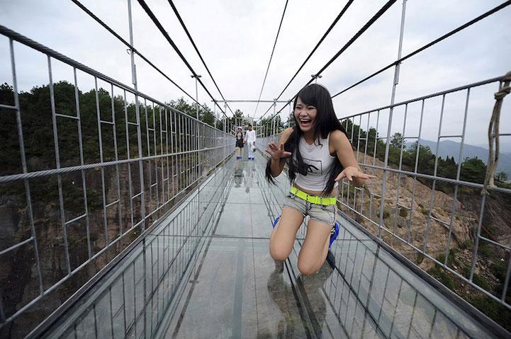 Este puente con el piso de vidrio te invita a un terrorífico paseo entre los picos de montaña de China