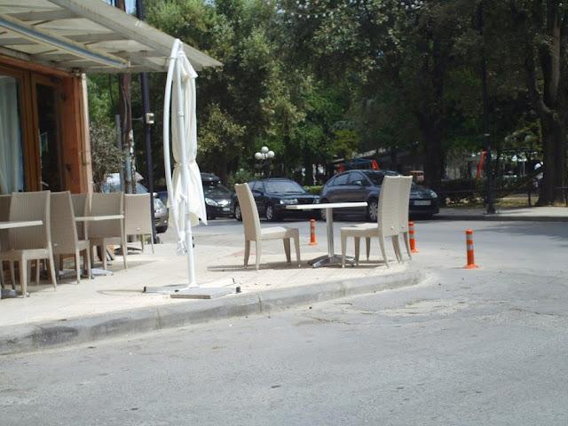 Κάθε kafe θεωρεί δικαίωμα να προεκτείνει πεζοδρόμιο και να δυσχαιρένει την κυκλοφορία