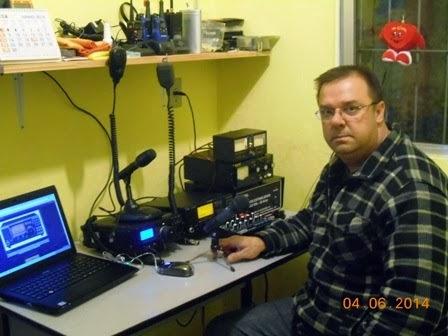 PU3BSP Muller em sua estação com o IC- 718