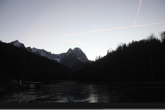 Abendstimmung am Riessersee in Garmisch-Partenkirchen - Winter at lake Riessersee, Garmisch, Bavaria, Germany