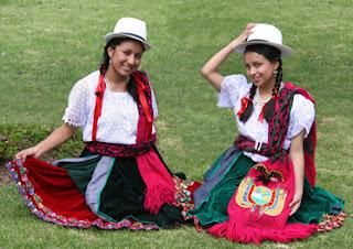 en trenzas se usa un sombrero de paja toquilla también llamado sombrero jipijapa, tejido a mano, de copa alta, ala corta y cinto negro.
