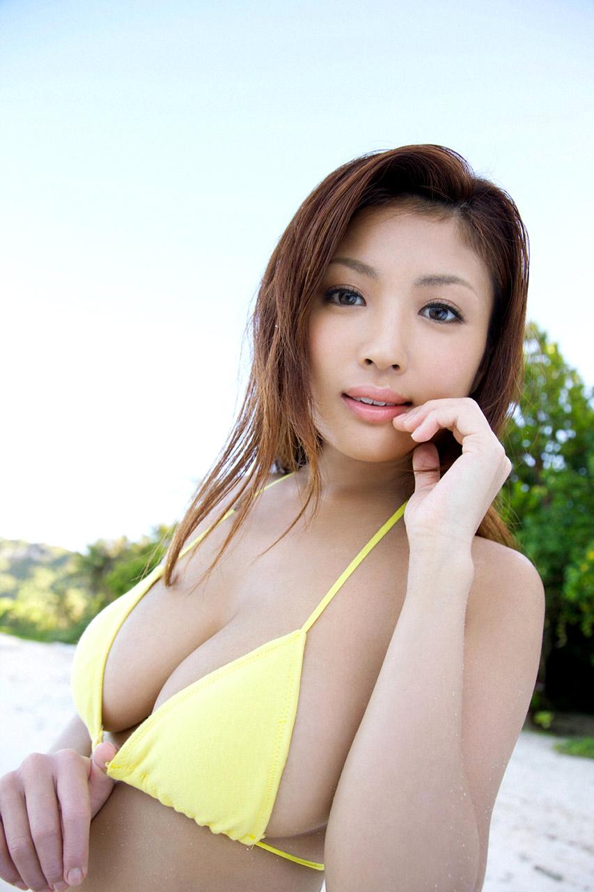 kana tsugihara sexy boob cleavage 03