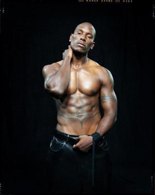 Bel homme black au crâne et au thorax parfaitement lisses, musclé et ...