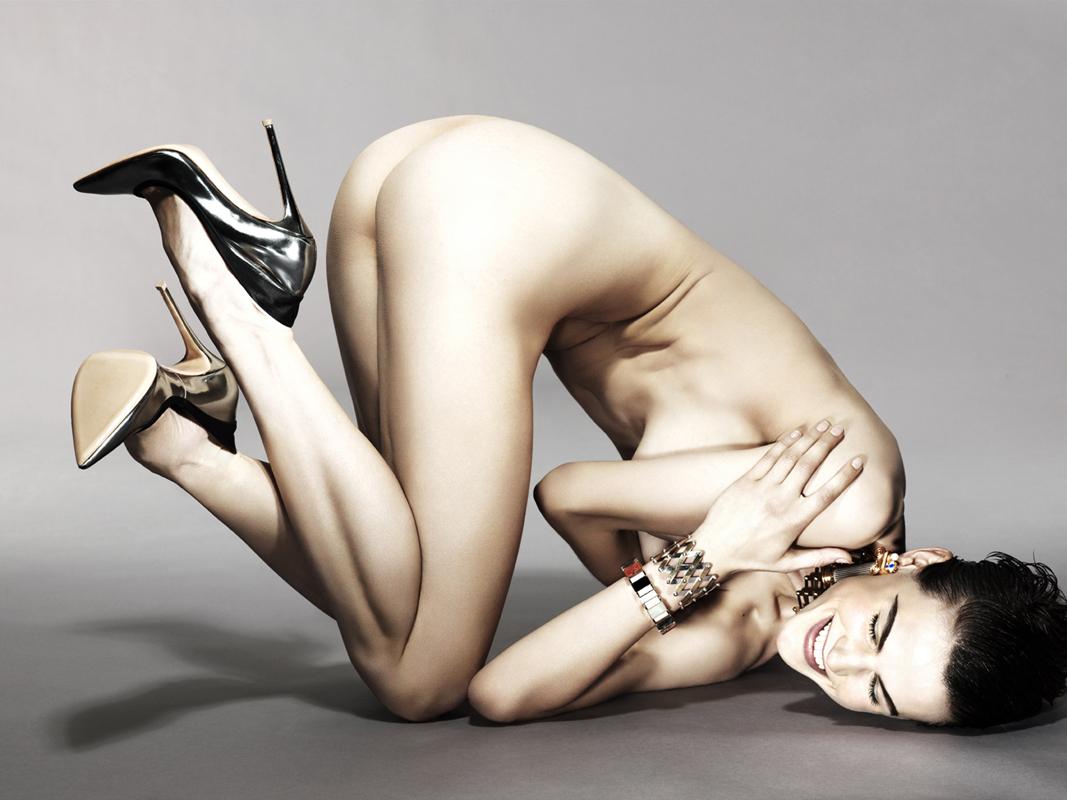http://1.bp.blogspot.com/-os5BvjPCZX0/UMynp8BXmFI/AAAAAAAAOd8/JfU0f3m9SDM/s1600/vogue-netherlands-fashiontography-1.jpg