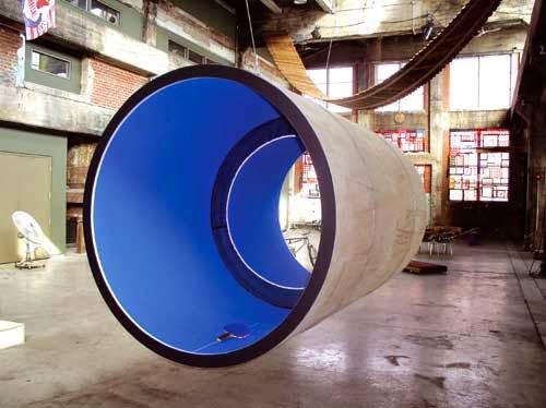 'taula de ping pong dins d'una tuberia que dona tota la volta 360º