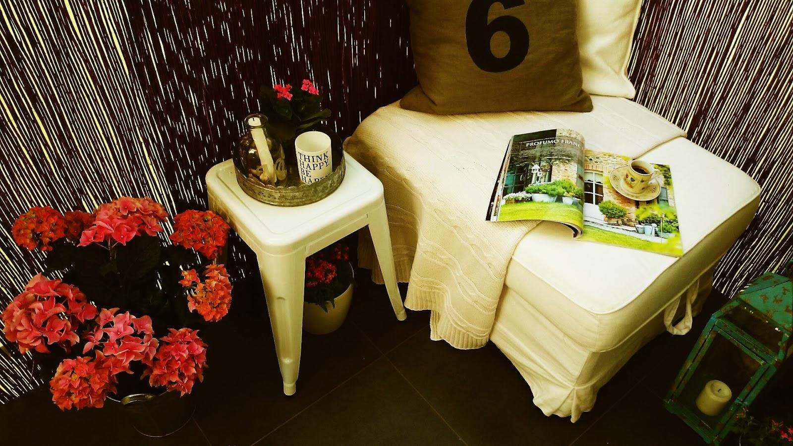 Turkusowy metalowy lampion, biały metalowy taboret, różowe hortensje na balkonie, kwiaty na balkon, aranżacja balkonu