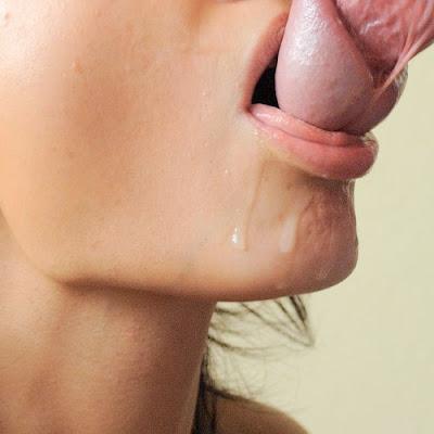 escorrendo esperma da boca