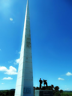 Obelisco junto ao Memorial dos  Irmãos Bertussi, em Criúva.