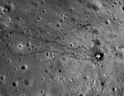 Off Topic: Menschliche Spuren auf dem Mond schärfer denn je zu sehen!, NASA, Fotos Fotogalerie, Gerade hat die NASA Bilder von den landing sites von Apollo 12, 14 und 17 auf dem Mond veröffentlicht. Bilder, die vom Lunar Reconnaissance Orbiter LRO aufgenommen wurden. Bilder, die noch heute die Spuren der menschlichen Besuche auf unserem Erdsatelliten zeigen. Bilder, die es in dieser Schärfe noch nie zuvor gab. Wir fanden dies sei eine Erwähnung wert.