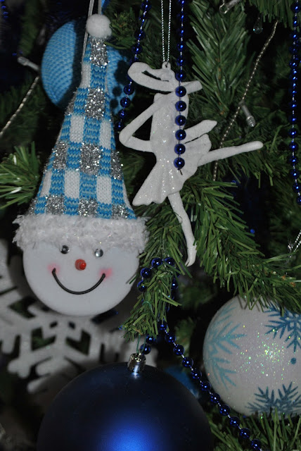 addobbi natalizi blu e bianchi addobbi a forma di pupazzo di neve blue and white christmas decorations blue and white christmas tree come apparecchiare la tavola a natale addobbi natalizi come apparecchiare la tavola tavola natalizia addobbi natalizi tavola rossa tovaglia rossa come trascorre il natale una fashion blogger colorblock by felym natale 2015  christmas decorations