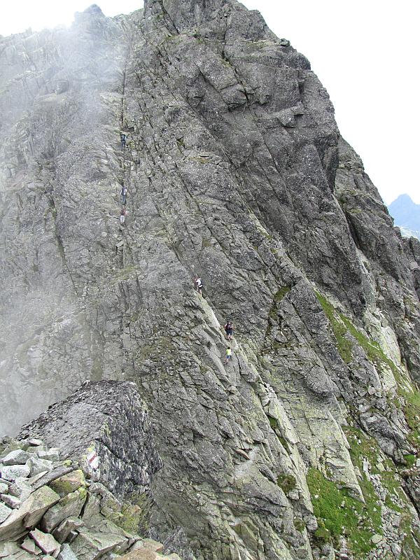 Szlak na szczyt Koziego Wierchu widziany z Kozich Czub.