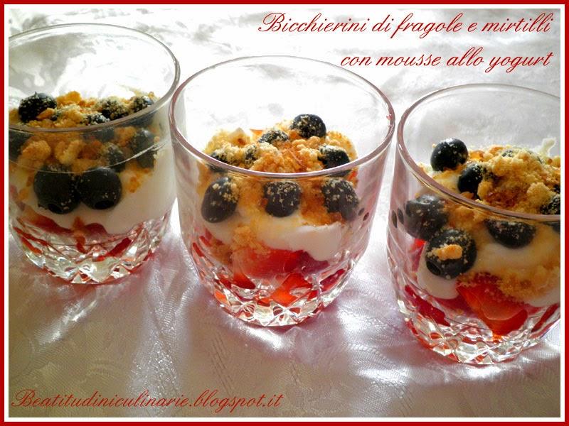 bicchierini di fragole e mirtilli con mousse allo yogurt
