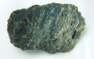 Amianto minerale fibroso, elastico e flessibile resistente ad alte temperature usato in edilizia per fabbricare prodotti tipo eternit  o materiali e tessuti antincendio, è un materiale fortemente cancerogeno