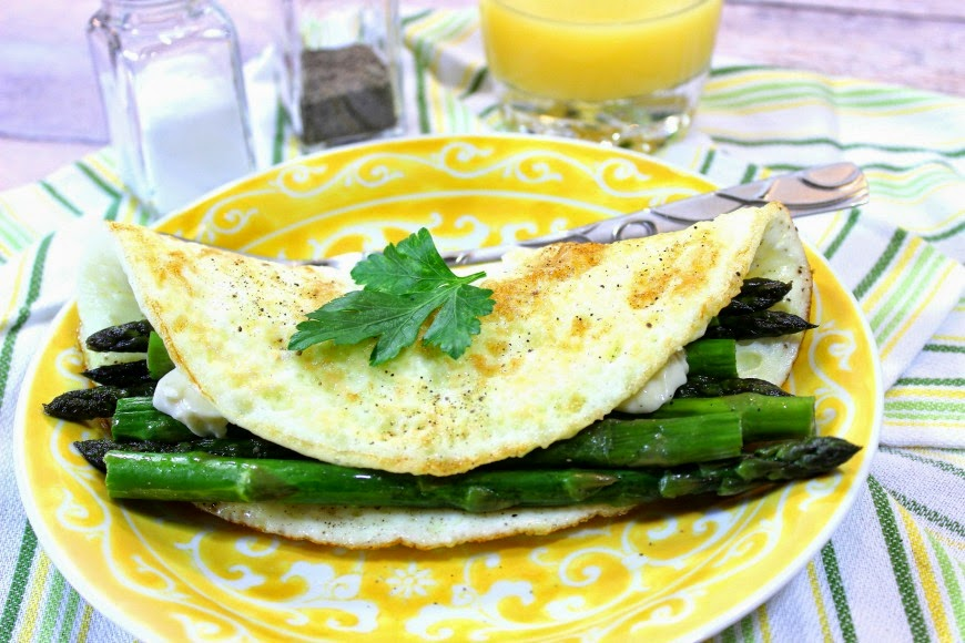 Egg white omelet with asparagus and creamy low-fat cheese is so delicious you'll never miss the yolks. - www.kudoskitchenbyrenee.com