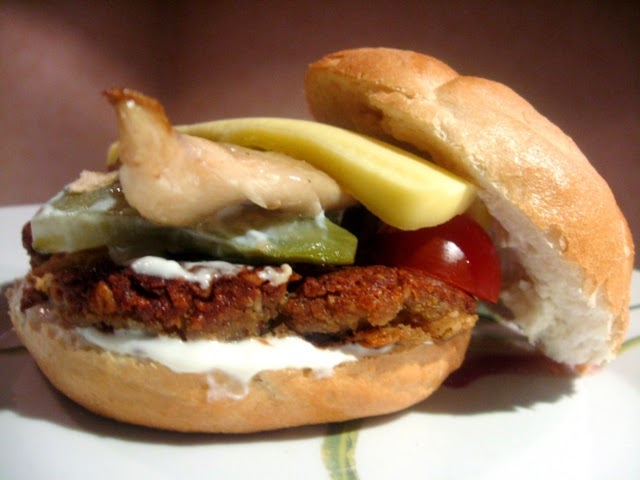 veganza; wegański burger; tempeh; tempeh burger; violife; wegetariański burger; tempeh burger; weganizm; vegan