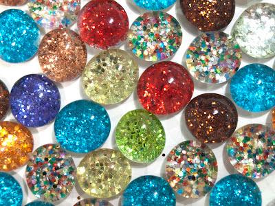 Chinchetas e imanes con brillantina en Recicla Inventa