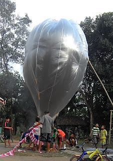 17 Agustus, Warga Warungasem Terbangkan Balon Udara