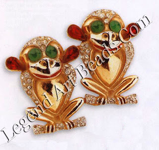 Coro's humorous style is exemplified in this quirky mid-194os double-clip brooch, in silver and base metal with a gold-plate finish. Each monkey is a dress-clip in itself, which clips onto a frame on the reverse, to be worn together as a single brooch - the Coro Duette. The variety of designs is immense and highly collectable. L250-3o (S425-600)