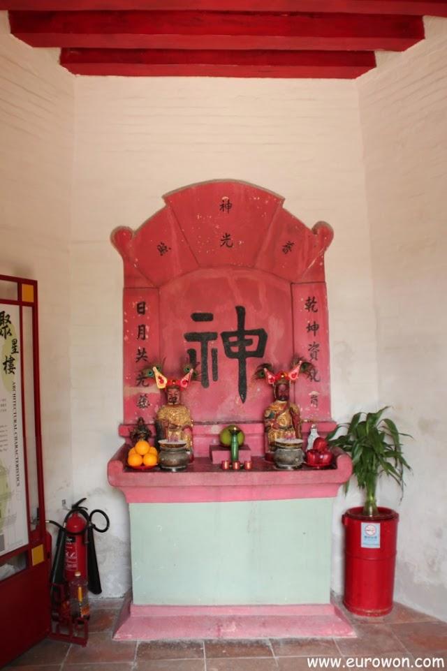 Altar dedicado a las deidades Man Cheong y Kwan Tai en la pagoda Tsui Sing Lau