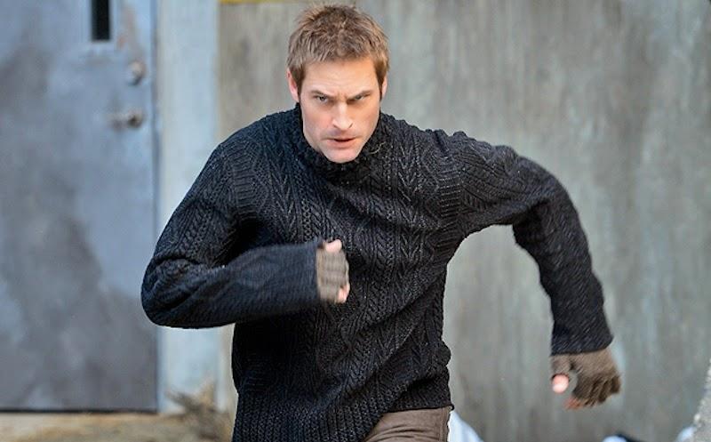 Escena donde se puede ver corriendo al actor Josh Holloway en un episodio de la serie Intelligence.