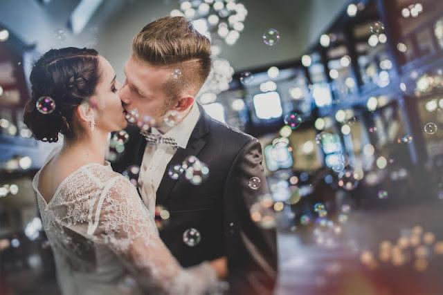 Romantyczna sesja ślubna w bańkach.