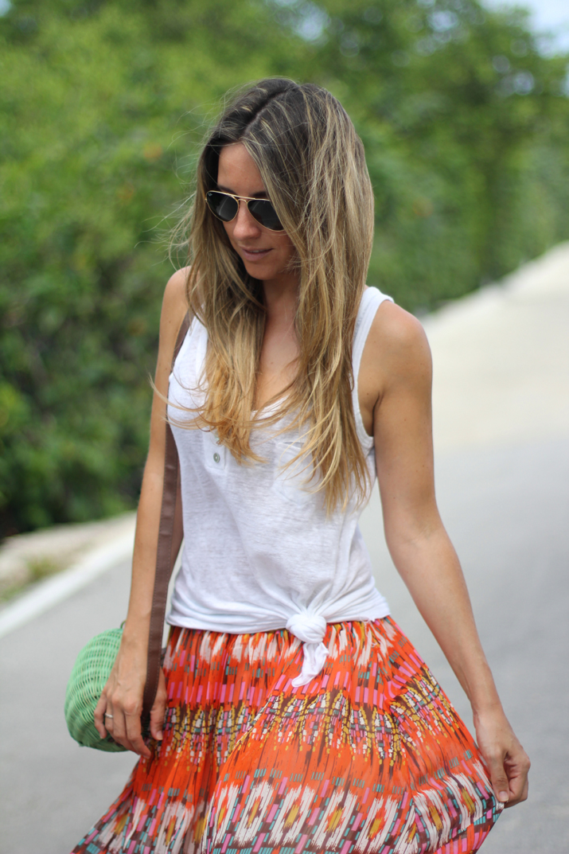Blog de moda  de México. Outfit con falda larga, camiseta básica blanca y gafas aviador de Ray-Ban