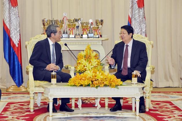 S.E. Masaharu Kohno, envoyé spécial du Japon et S.E Sok An, vice premier ministre