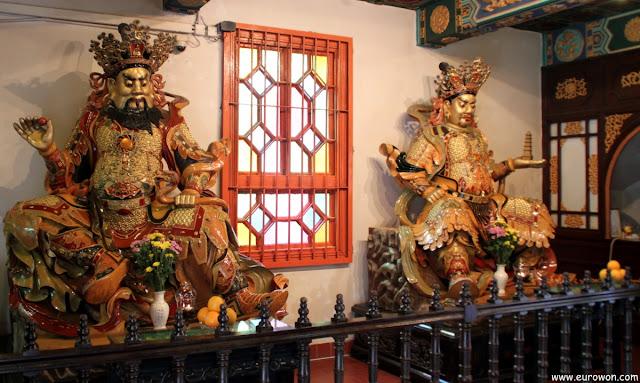 Guardianes en la entrada del templo budista Po Lin de Lantau